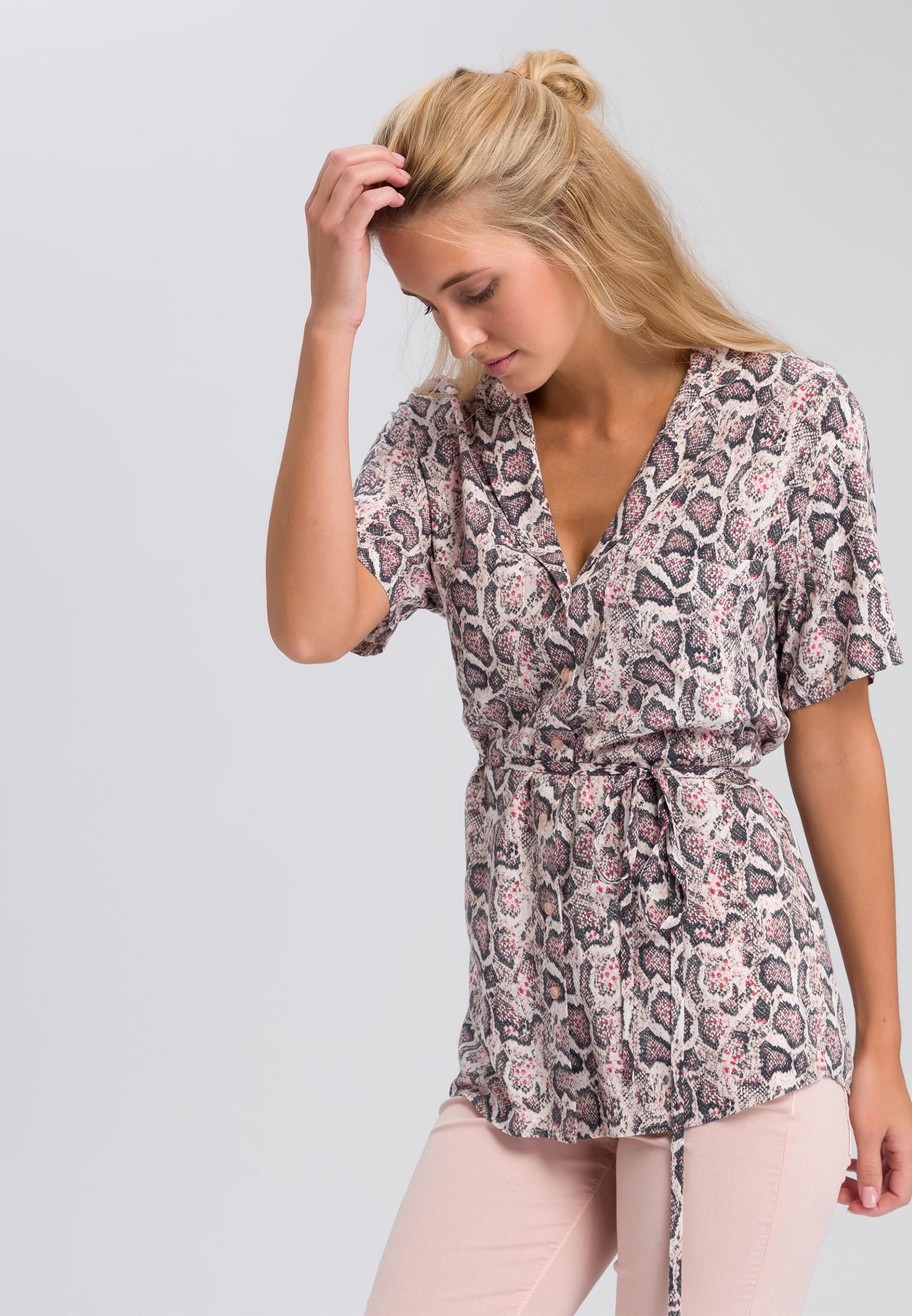 Artikel klicken und genauer betrachten! - Lässig und extravagant zugleich: Die Bluse mit dunklem Schlangenprint überzeugt in lässiger Passform, die zum Saum hin weich fällt. Der Reverskragen und die Knopfleiste verleihen der Hemdbluse einen eleganten Touch. Die aufgesetzte Brusttasche und das abnehmbare Bindeband runden das lockere Design der Damenbluse ab, die du mit schmalen Jeans gekonnt in Szene setzt. | im Online Shop kaufen