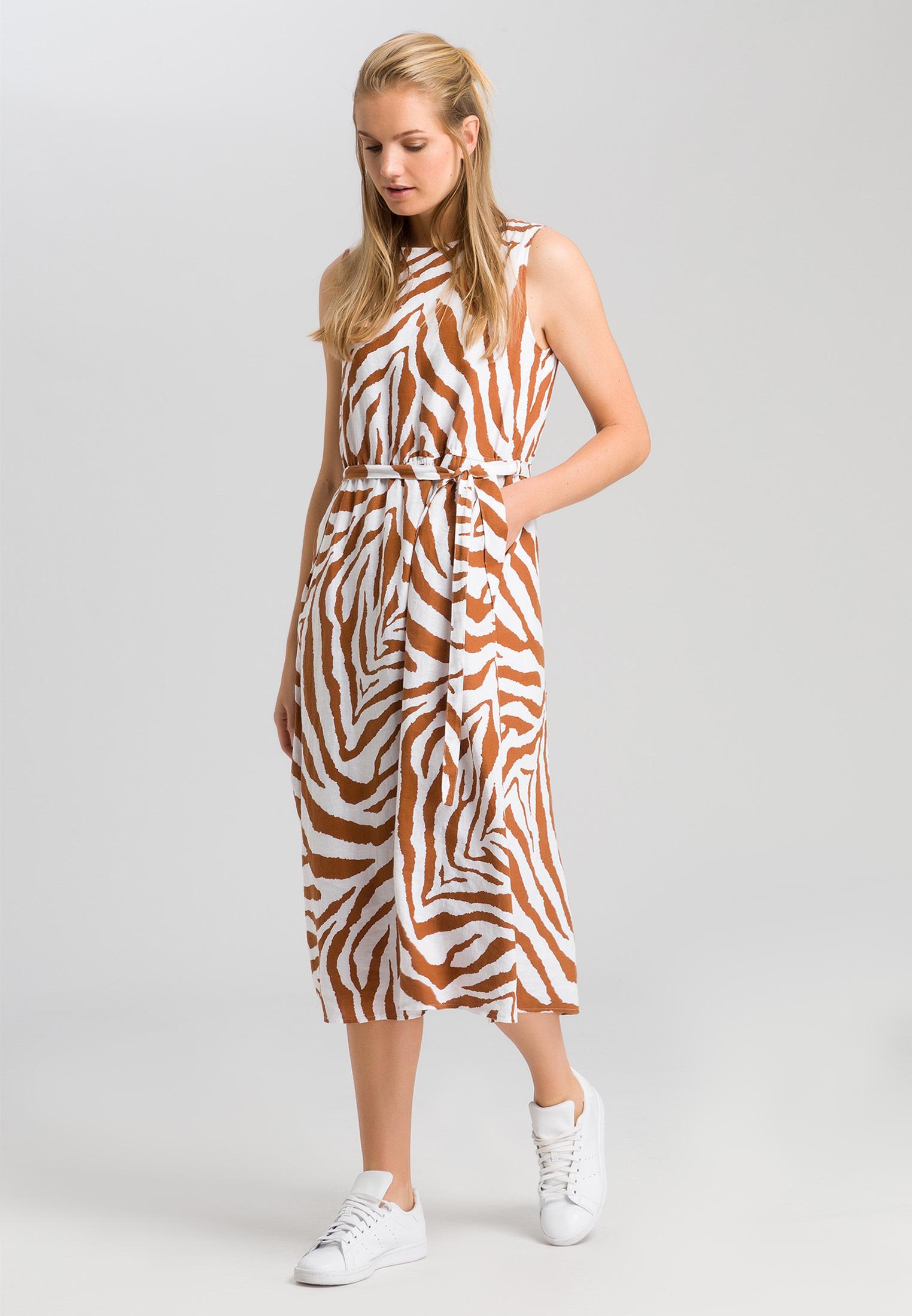 Artikel klicken und genauer betrachten! - Ein Hoch auf den Animal-Print! Das ärmellose Kleid feiert das zeitlose Muster in der getigerten Version. Ein klassischer Rundhalsausschnitt bildet die Grundlage für das Design, während der abnehmbare Gürtel gemeinsam mit der modischen Taillennaht für feminine Akzente sorgt. Mit einem Paar stylisher Sneakers ist das Outfit komplett. | im Online Shop kaufen