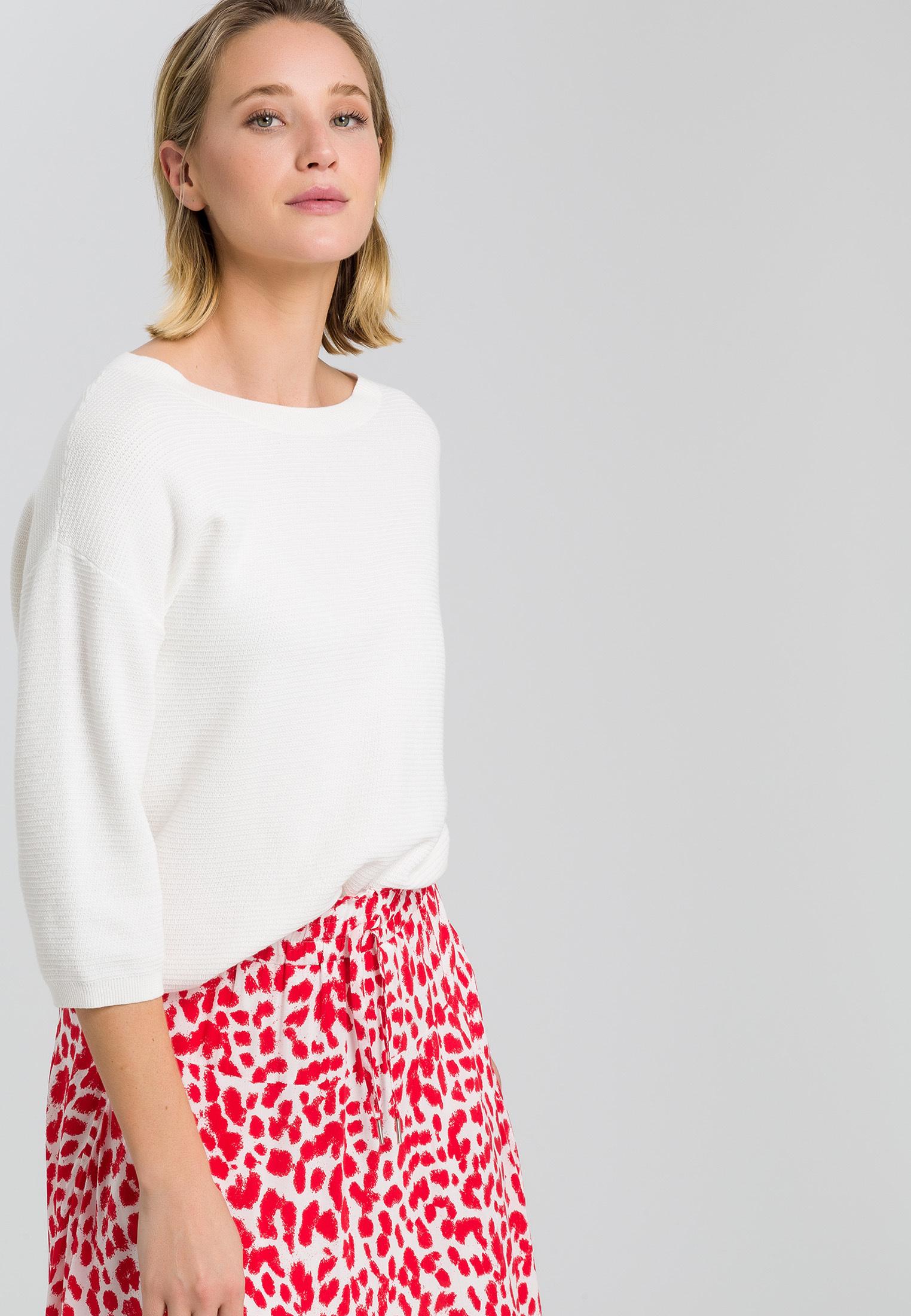 Artikel klicken und genauer betrachten! - Strick in coolem Cut. Der leichte Pullover kommt ganz schlicht daher, macht dann aber schnell seine außergewöhnlichen Features klar: die Boxy-Passform ist wunderbar figurumspielend, die Schultern fallen lässig überschnitten und die Ärmel enden auf 3/4-Länge. In griffig feinem Strukturstrick wird er so zum vielseitigen Kombinationsprofi mit Understatement. | im Online Shop kaufen