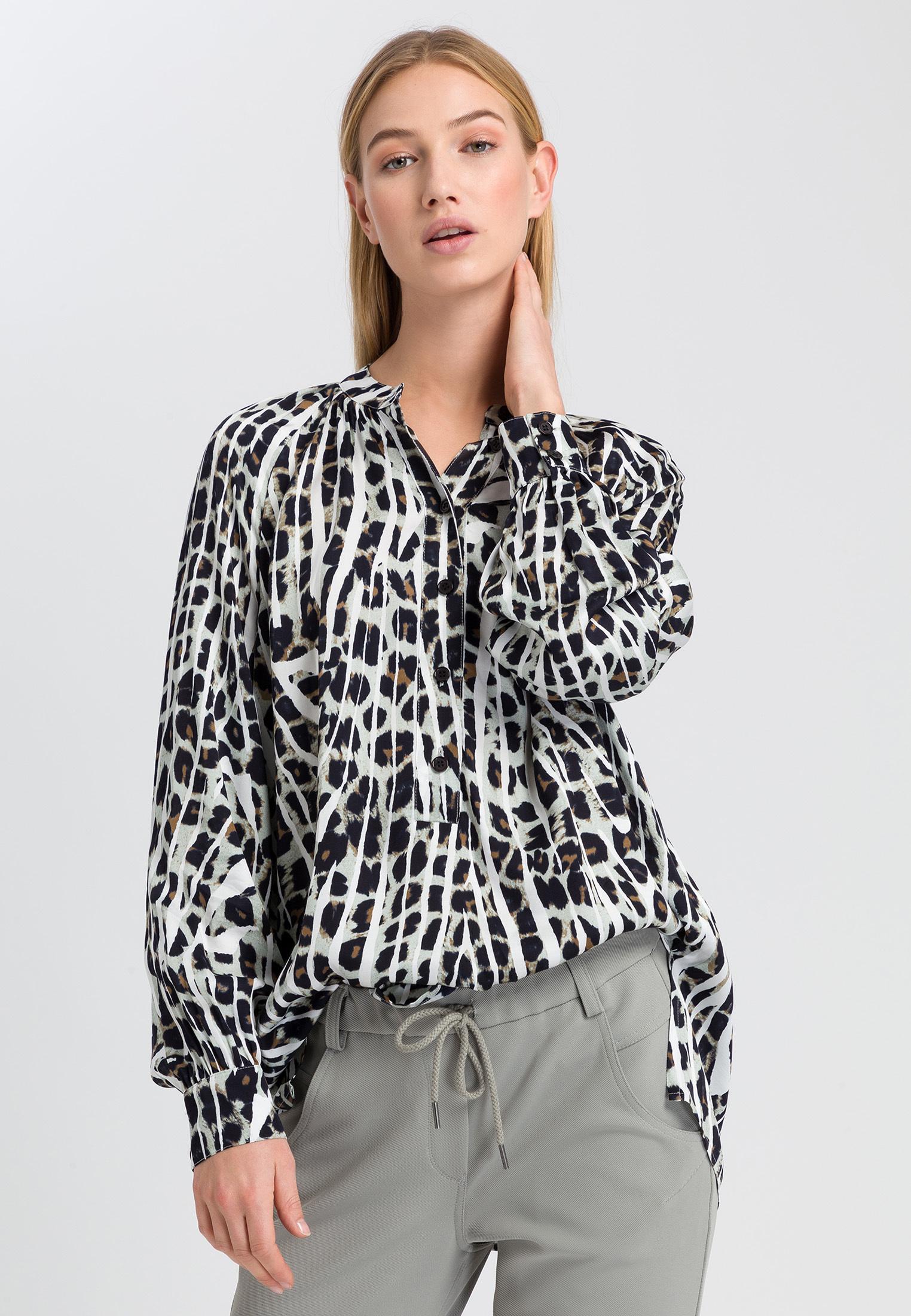 Artikel klicken und genauer betrachten! - Mode-Serengeti: Von kultigen Leopardenflecken zu kontrastreichen Zebrastreifen – der Printmix auf der Oberfläche der Viskosebluse zeigt sich eindeutig von der Tierwelt inspiriert und der Wildheit der Natur geprägt. Mit dynamischem Esprit wird das wertige Key-Modell dank des schnittigen Stehkragens und der Raglanärmel bereichert. Ein Blazer, Satinhose sowie Pumps stylen die Printbluse ruckzuck officetauglich. | im Online Shop kaufen