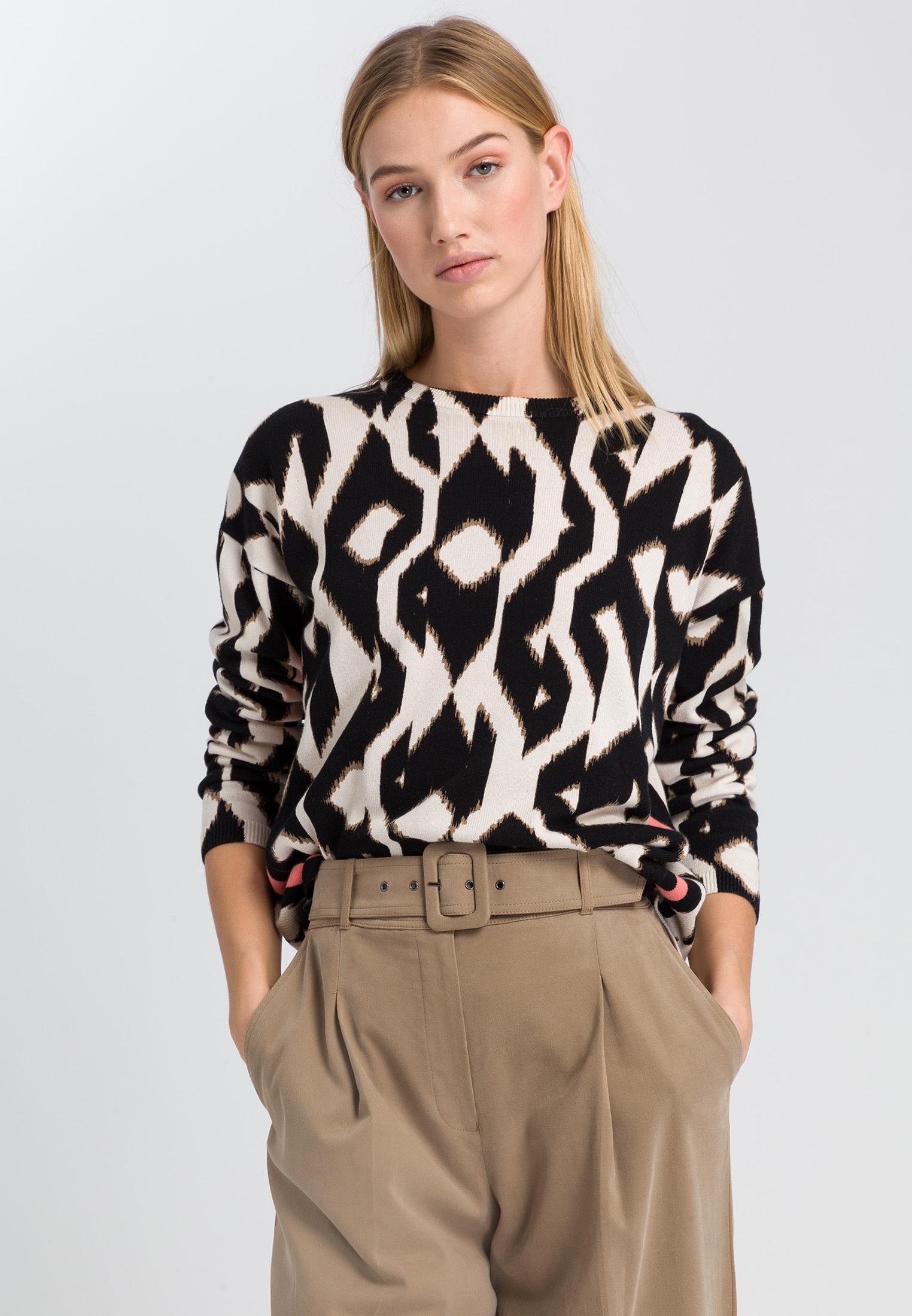 Artikel klicken und genauer betrachten! - Klassisches Schwarz-Weiß-Design wird mit diesem individuellen Muster neu interpretiert. Der Pullover ist aus reinem Baumwollgarn gearbeitet und umhüllt mit überschnittenen Schultern und verlängerter Rückseite lässig die Silhouette. Einfach eine Röhrenjeans oder Slim-fit-Pants ergänzen und das Outfit ist perfekt. | im Online Shop kaufen